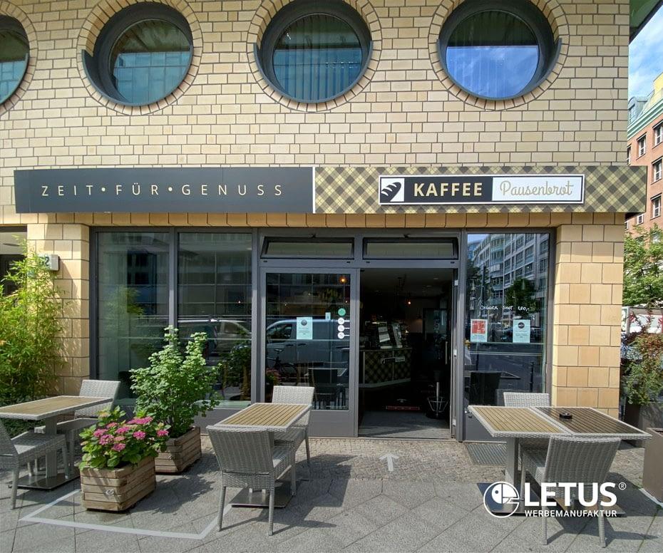 """Werbeschild als Fassadenband """"Kaffee Pausenbrot"""""""
