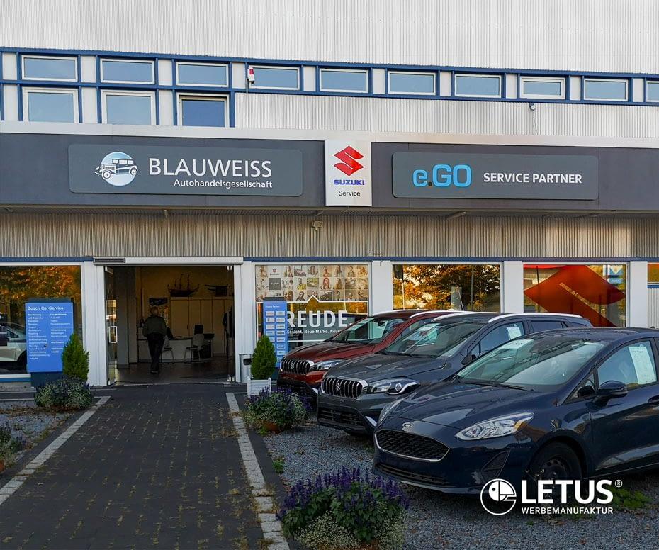 """""""Blauweiss"""" Außenwerbung als Fassadenband"""